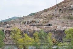 老金属矿和冶金工厂废墟  免版税库存照片