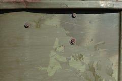 老金属绿色军事绘了与铁锈条纹的背景  库存图片