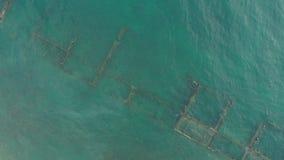 老金属船的船身的遗骸的空中顶视图在浅水区的 股票视频