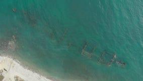 老金属船的船身的遗骸的空中顶视图在浅水区的 股票录像