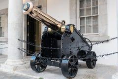 老金属葡萄酒大炮停留房子近的入口  免版税库存图片