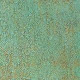 老金属表面绘与绿色油漆作为背景 免版税库存照片