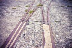 老金属路轨在一个被放弃的工业区-被定调子的图象 免版税库存图片