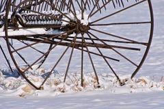 老金属转储犁耙在雪离开 图库摄影