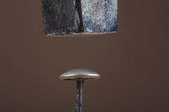 老金属钉子和一种老金属锤击 库存照片