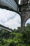 老金属铁路桥的下面的看法横渡里奥格兰德的 免版税库存照片