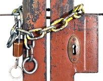 老金属链子和钥匙吊锁了在白色背景的锻铁门 库存照片