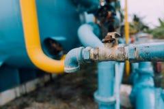 老金属阀门在水处理厂 免版税库存图片