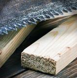 老金工锯和被锯的木材的牙 免版税库存照片