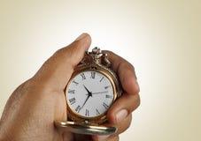 老金黄古色古香的手表在手上 免版税库存照片