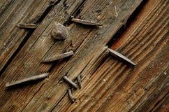 老钉子黏附在门外面 库存照片