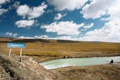 老钓鱼在河的人和两个男孩在高度4000米 免版税库存图片