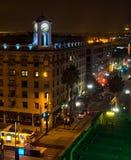 老钟塔和街市城市街道 图库摄影