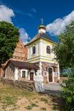 老钟楼和15世纪圣迈克尔教会在夏天在Synkovichy村庄,哥罗德诺地区,白俄罗斯 免版税库存图片