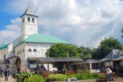 老钟楼在圣洁变貌修道院里在雅罗斯拉夫尔市,俄罗斯 库存图片