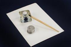 老钢笔和墨水池在黑背景 免版税库存图片