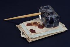 老钢笔和墨水池有老信件的在黑背景 免版税图库摄影
