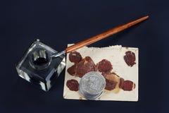 老钢笔和墨水池有老信件的在黑背景 免版税库存照片