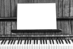 老钢琴和活页乐谱 库存照片