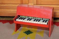老钢琴玩具 免版税库存照片
