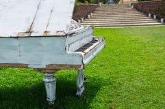 老钢琴被放弃的ouside 免版税库存图片