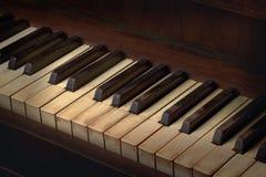 老钢琴被染黄的钥匙 库存照片