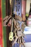 老钥匙和挂锁 免版税库存照片