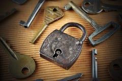 老钥匙围拢的葡萄酒生锈的挂锁 免版税库存图片