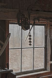 老铁匠商店窗口和葡萄酒工具 免版税库存照片