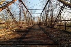 老铁和木头板条桥梁 库存照片