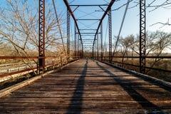 老铁和木头板条桥梁 免版税库存照片