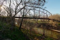 老铁和木头板条桥梁 免版税库存图片