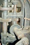 老铁机制特写镜头与生锈的链子的和 库存照片