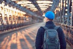 老铁桥梁的游人 免版税库存照片