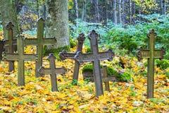 老铁横渡一座被放弃的公墓 免版税库存照片