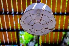 老铁街道灯笼,吊的室外灯在屋顶moder 库存照片