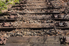老铁路、铁路,铁路轨道,被放弃的,被毁坏的和长满的木头 库存图片