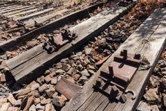 老铁路、铁路,铁路轨道,被放弃的,被毁坏的和长满的木头 免版税库存照片