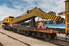 老铁路卷扬的起重机 图库摄影
