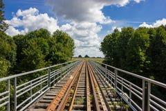 老铁路在夏天森林里 库存图片