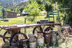 老铁路平板车,坐在一个可爱的农场和山腰前面, 库存图片