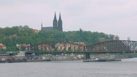 老铁路桥和古老城堡在布拉格,看法在多云天 股票视频