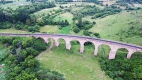 老铁路桥梁,修筑在奥匈帝国的时期在西乌克兰在捷尔诺波尔地区 鸟瞰图 股票视频