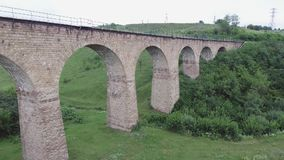 老铁路桥梁,修筑在奥匈帝国的时期在西乌克兰在捷尔诺波尔地区 鸟瞰图 影视素材