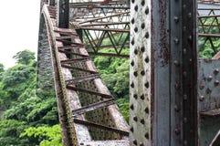 老铁路桥的金属建筑的侧向看法横渡里奥格兰德的 库存照片