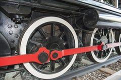 老铁路火车轮子特写镜头  免版税图库摄影
