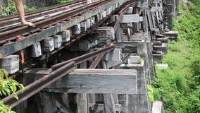 老铁路的人们在Kwai河附近在泰国 影视素材