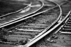 老铁轨分裂的单色图象 免版税库存图片