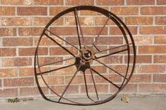 老铁轮子和砖墙 免版税图库摄影
