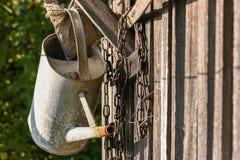 老铁链子、老锄和老喷壶 库存照片
